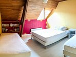 A l´étage, cette chambre peut accueillir toute la famille grâce à son lit 2 personnes+2 lits simples