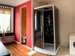 La salle de bain du rez-de-chaussée.