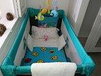 disponemos de cuna, trona de bebe de 6 meses a 2 años. y de mesa y silla de 2 a 5 años.