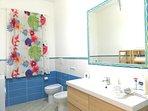 bagno con doccia idromassaggio e radio Fm, set bagno, set di cortesia e lavatrice