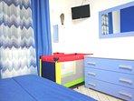 camera da letto patronale con culla, Tv e condizionatore