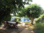 Jardin avec mobilier en teck et piscine hors sol