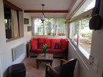 Salon avec baies vitrées donnant sur le jardin