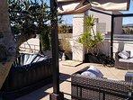 Terrasse de 85 m² avec Pergola coin salon + Pergola coin repas + Jacuzzi, Plancha/barbecue à gaz...