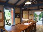 Charmoso Chalé com cama casal,rede,varandas,cozinha (geladeira, fogão, microondas) e fogão a lenha.