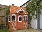 Gorgeous Wendy House perfect for the kids!