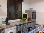 Cocina con espaciosa mesa para la preparación de alimentos