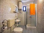 A2(2+2): bathroom with toilet