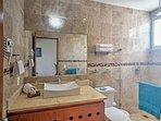Il bagno è pieno di piastrelle.