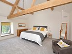 A bedroom with a wow effect, the beautiful beams shine through