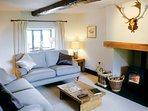 Il confortevole soggiorno con stufa a legna
