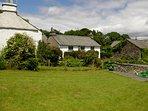 Vista verso il cottage dal giardino con prato verde