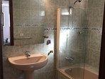 Baño privado dormitorio principal, con bañera.