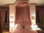 La Chambre des Roses, Le lit à baldaquin d'époque peut être séparé en deux lits, literie récente