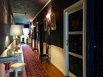Le long couloir dessertles chambres, Permet aussi de découvrir des eg-)