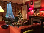 Le Salon des Barbus ou Salon rouge, idéal pour la détente, atmosphère calme et chaleureuse