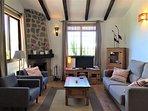 Het woongedeelte met open haard en centrale verwarming in de gehele woning
