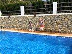Lekker spelen in het zwembad!