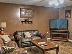 This vacation rental home in Altheimer comfortably sleeps 8 guests.