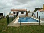 Vista de la piscina y la casa.