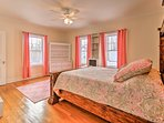 This room also has a queen bed.
