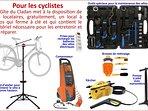 Local à vélos avec le matériel nécessaire pour les entretenir et les réparer.