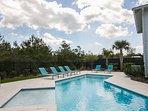 Grande piscina privata con molto spazio