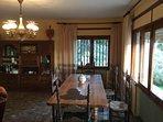 La mesa del salón permite compartir momentos en familia o grupos de amigos con espacio y comodidad