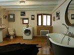 Salle de bain avec douche / baignoire / lavabo / WC / Machine à laver sèchante
