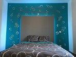 chambre avec lit double 140x190 avec placards et penderies