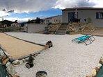 jardin avec piscine hors sol au fond a gauche