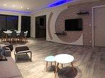 séjour avec tv 124cm sortie usb, 6 places assises, moderne avec ambiance a led réglable en couleur