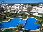 Una de las dos piscinas de la urbanización