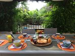 Petit déjeuner continental sur la terrasse