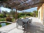 Terrasse  pour petit déjeuner ou repas à disposition des chambres d' hôtes