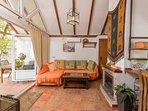 El porche - Barbacoa, y salón, se pueden integrar para hacer un gran espacio habitable  en el jardín