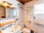 Baño con plato de ducha, ahora esta reformado, El calentador, es eléctrico y esta fuera de la casa