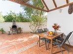 Porche y Barbacoa se integran con el jardín y el interior de la vivienda