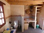 Vista del baño con materiales nobles restaurados y reutilizados