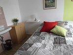 kleines Schlafzimmer , komf. mit kleinen und grossen Schränken
