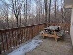 Tavolo da picnic Retreat in legno di faggio sul ponte posteriore con vista boscosa privata