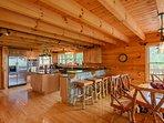 Bear Necessity sala da pranzo si apre in cucina