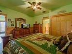 Camera da letto al piano inferiore con letto king size, bagno adiacente con sauna
