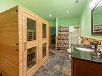 Bagno padronale di piano inferiore accessibile dalla sala giochi e dalla camera da letto