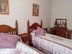 Habitación rustica dos camas.