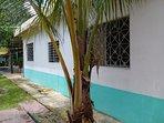 Exterior de la casa con estilo caribeño.