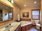 Una vasca da giardino e box doccia polacco fuori questo bagno en-suite.