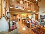 Questa casa vanta 1.950 piedi quadrati di spazio vitale ben arredate.
