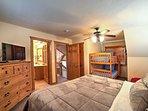 Quattro i viaggiatori possono rivendicare questo terzo spaziosa camera da letto matrimoniale.