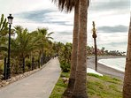 La Senda Litoral pasa por delante y asegura tranquilos y largos paseos a la orilla del mar